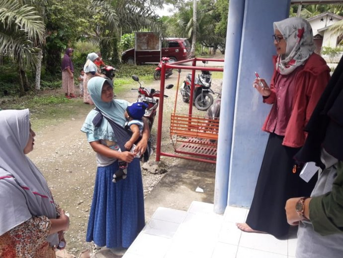 Wita Larasati discusses LF medicines with breastfeeding women during a national LF campaign in Indonesia.