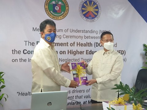 CHED Chairman J Prospero De Vera III and Health Secretary Francisco T. Duque III present the modules for Training of Trainers on the integration of NTDs. Credit: DOH Philippines