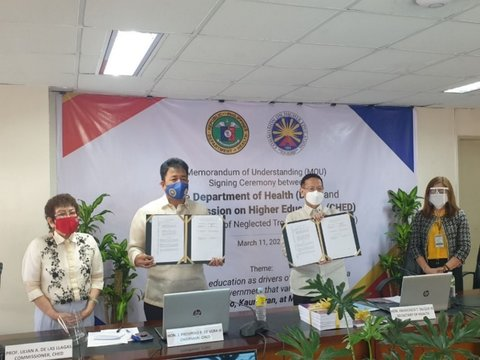 Left to right: CHED Commissioner Lilian De Las Llagas, CHED Chairman J Prospero De Vera III, Health Secretary Francisco T. Duque III, and Dr. Leda Hernandez, Medical Officer, presenting the signed Joint Memorandum of Understanding. Credit: DOH Philippines